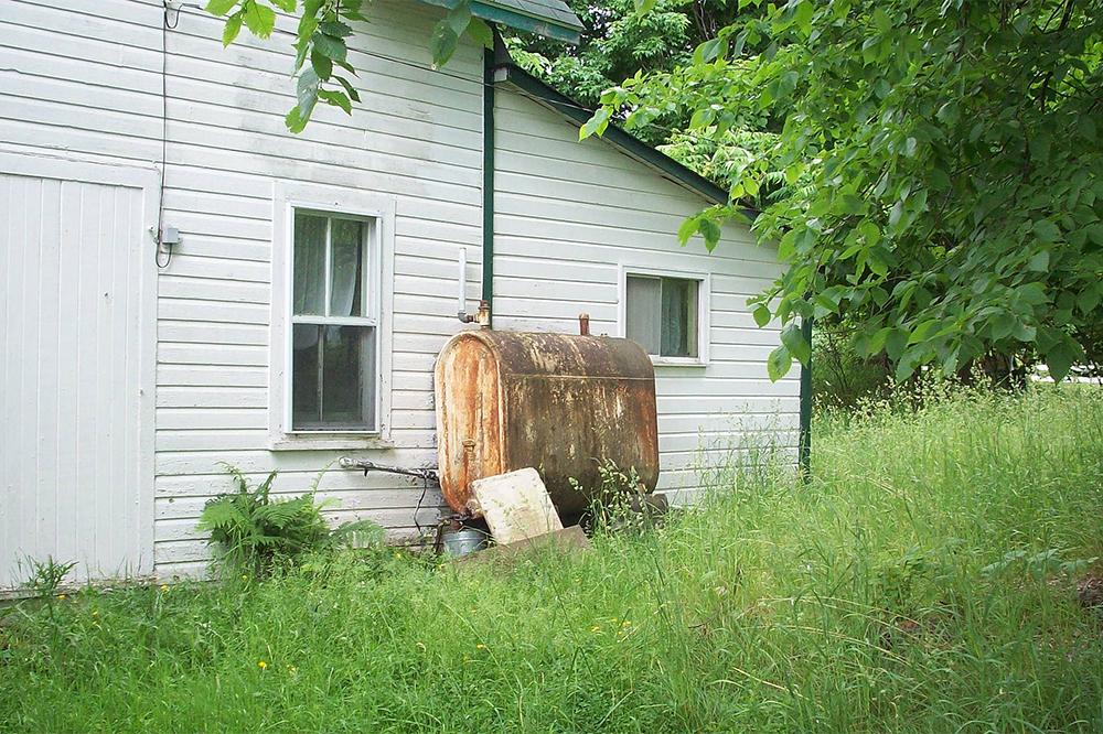 100_0878 old rusty fuel oil tank leak